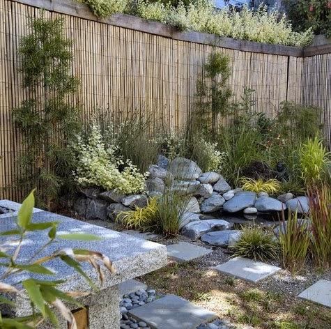 Cerco natural de bambú en jardín japonés