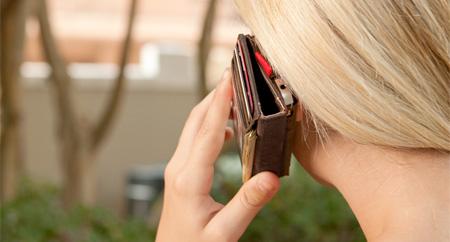 Ketika iPhone akan digunakan menelpon, tetap simple karena dompet hanya ditekuk.