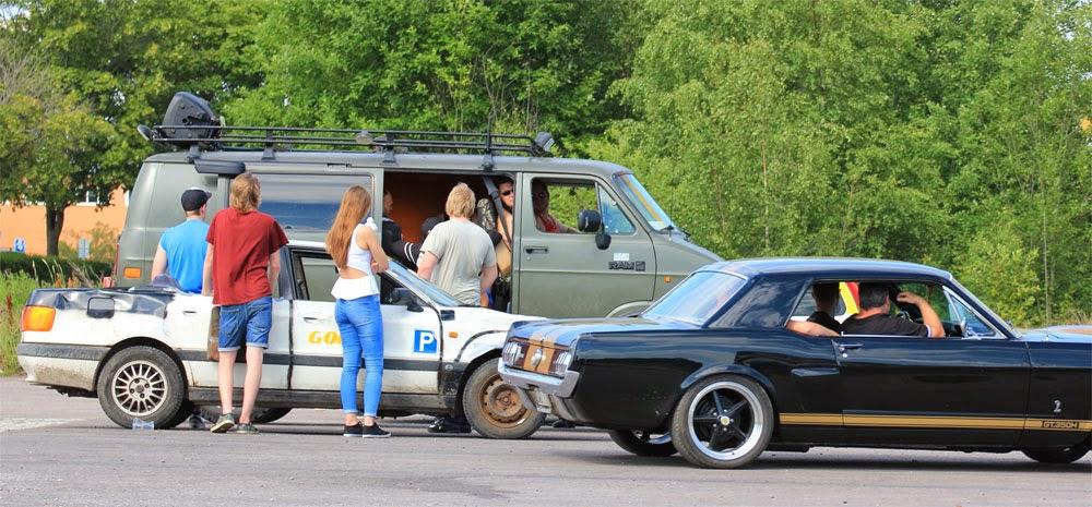 Power meet: Folk som gillar bilar umgås och har trevligt.