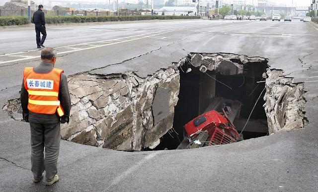 Lori jatuh dalam lubang bawah tanah