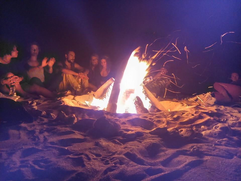 La foc noaptea pe plaja
