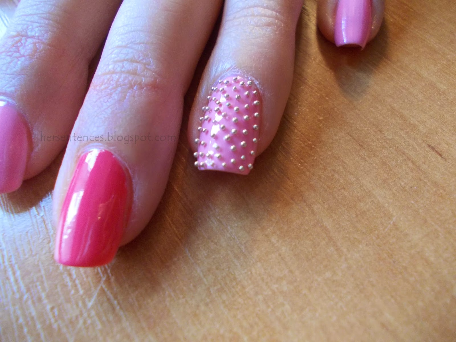 różowe paznokcie ze srebrnym kawiorem