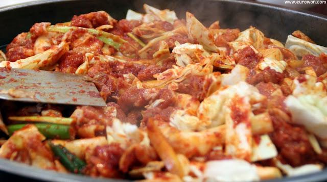 Fuente de dakgalbi, pollo picante con vegetales