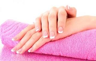 خبيرة تجميل: السكر والملح لـجمال يديك وأظافرك - اظافر يدين