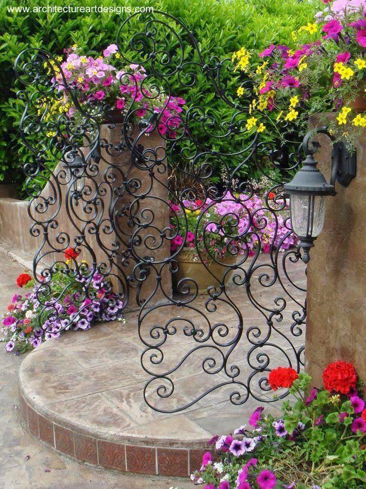 Arquitectura de casas puerta de reja decorativa en una - Rejas para jardin ...