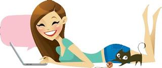 Muñequita escribiendo en portatil