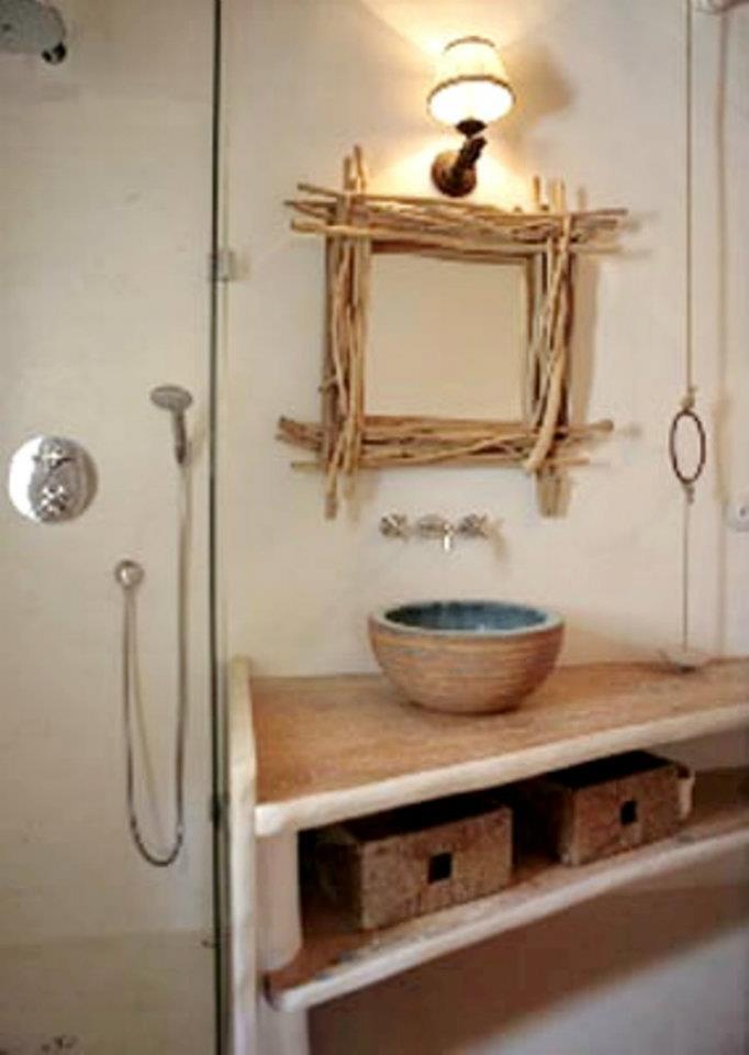 Baño Pequeno Rustico:Para los baños es un estilo que queda perfecto El espejo con ramas