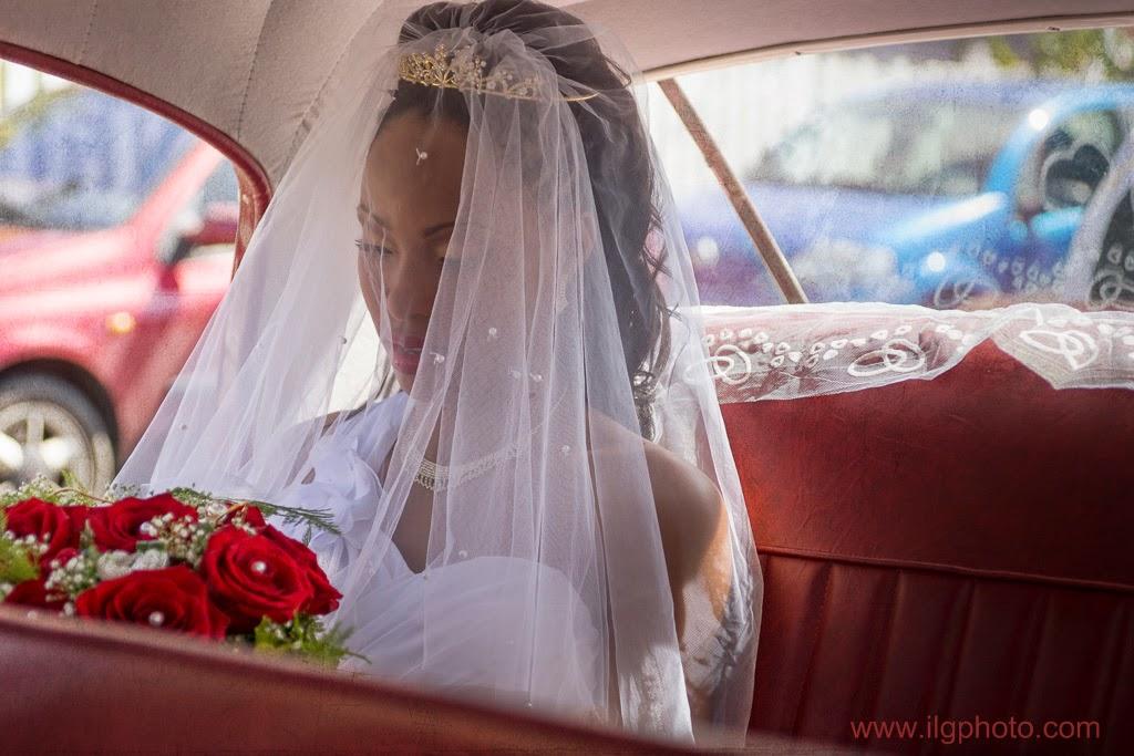 la mariée attends le départ à l'arrière de la voiture