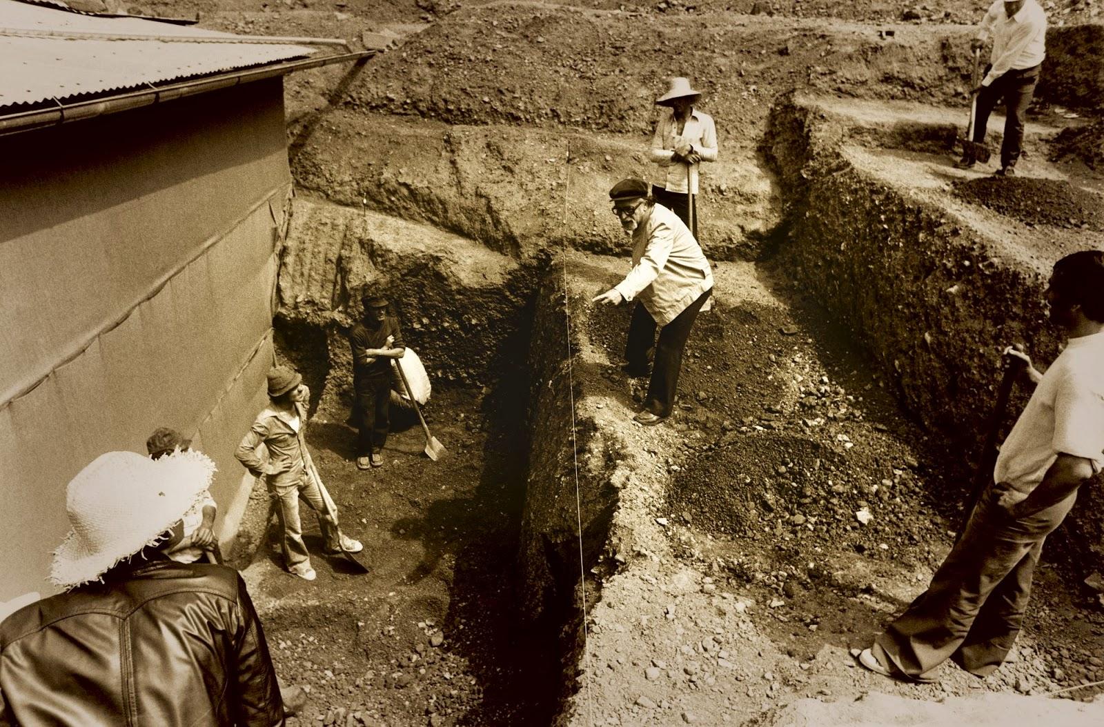 Manolis Andronikos supervisa los trabajos de excavación del gran túmulo de Vergina, en cuyo interior se descubrió la tumba del rey filipo II.
