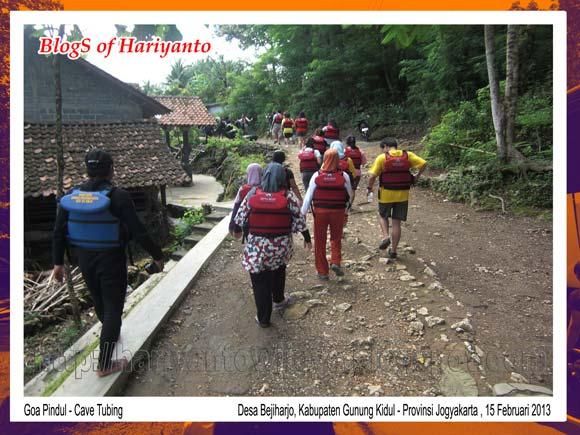 Berjalan Kaki Menuju Lokasi Cave Tubing Goa Pindul