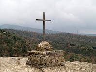 Creu situada en el pla rocós davant el Castell de Taradell