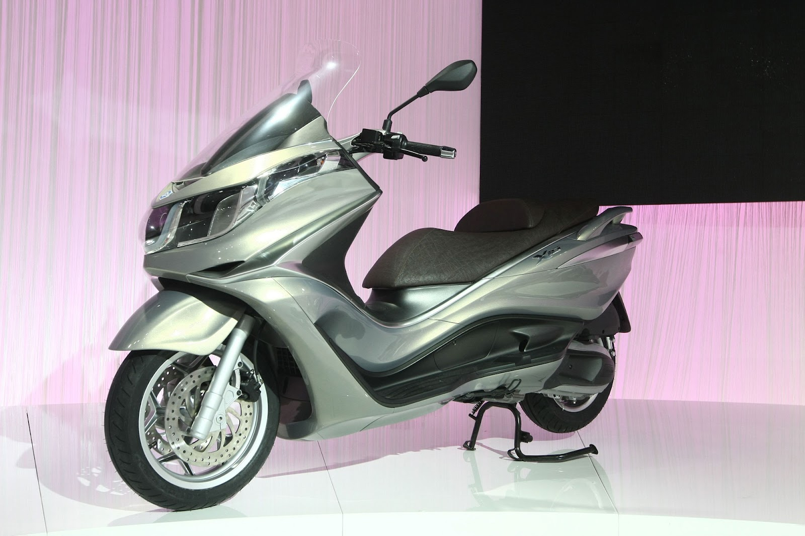 2012 piaggio x10 500 review motorcycle news. Black Bedroom Furniture Sets. Home Design Ideas