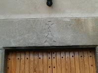 La llinda gravada de la porta principal de la Fàbrica de Targarona