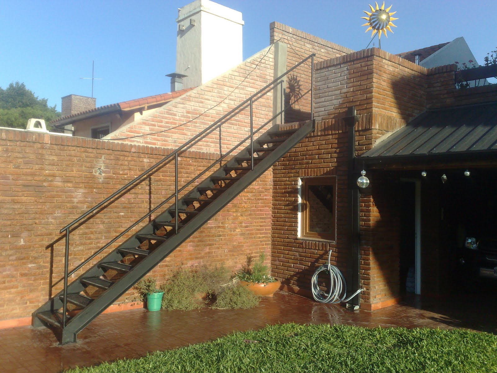 Nuevos proyectos escaleras de hierro y material desplegado for Escaleras para exteriores de madera