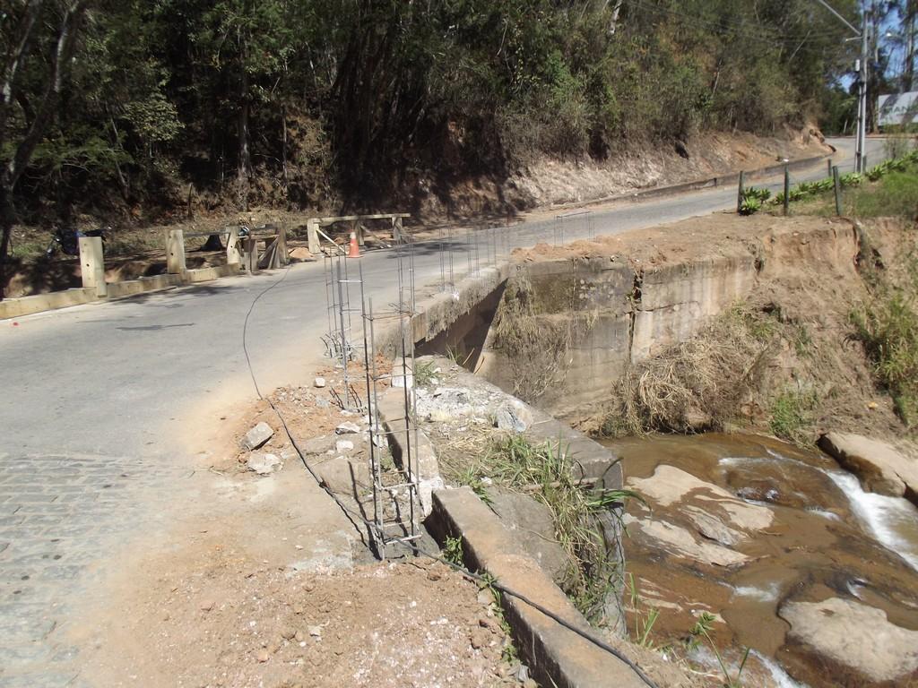 Início da construção de guarda-corpo na ponte de acesso à Santa Rosa