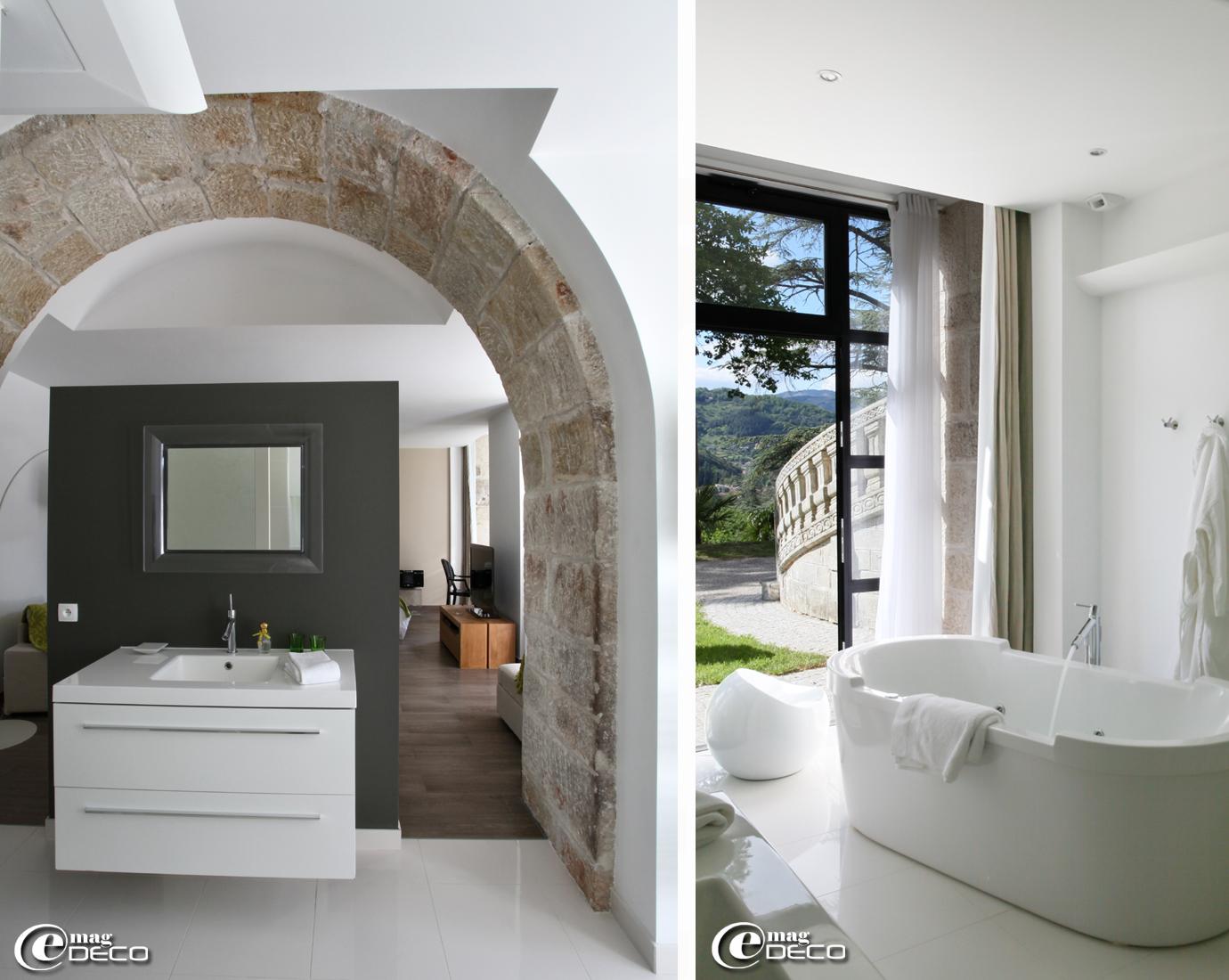 Dans la salle de bains de la 'Suite Anis' du Château Clément, meuble lavabo 'Sanijura', miroir en polycarbonate transparent et Baignoire 'Duravit' signés Philippe Starck