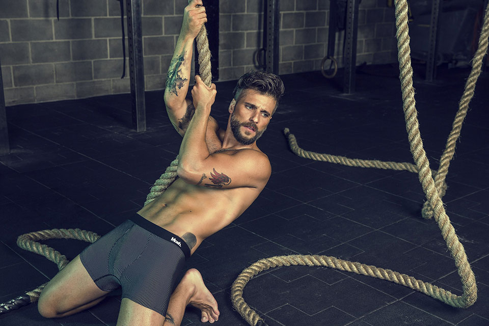 De cueca, Bruno Gagliasso posa foto segurando corda de escalada. Foto: André Nicolau