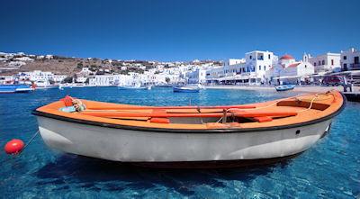 Bote en Míkonos archipiélago de las islas Cícladas, Grecia.