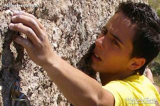 Javi Cano escalando en el Valle del Jerte