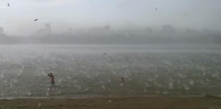 Kejadian Aneh Dari Cuaca Panas Tiba tiba Sahaja Hujan Ribut Batu Datang Menghentam Manusia