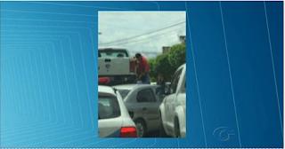 ALAGOAS: Juiz aposentado é filmado em Maceió tentando evitar ter carro retido em blitz
