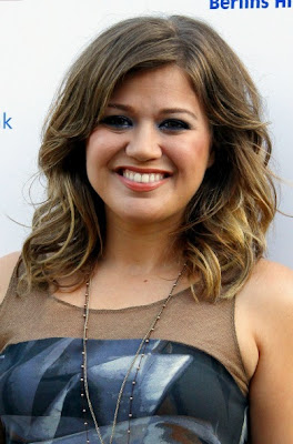 kelly clarkson hairstyles for round faces