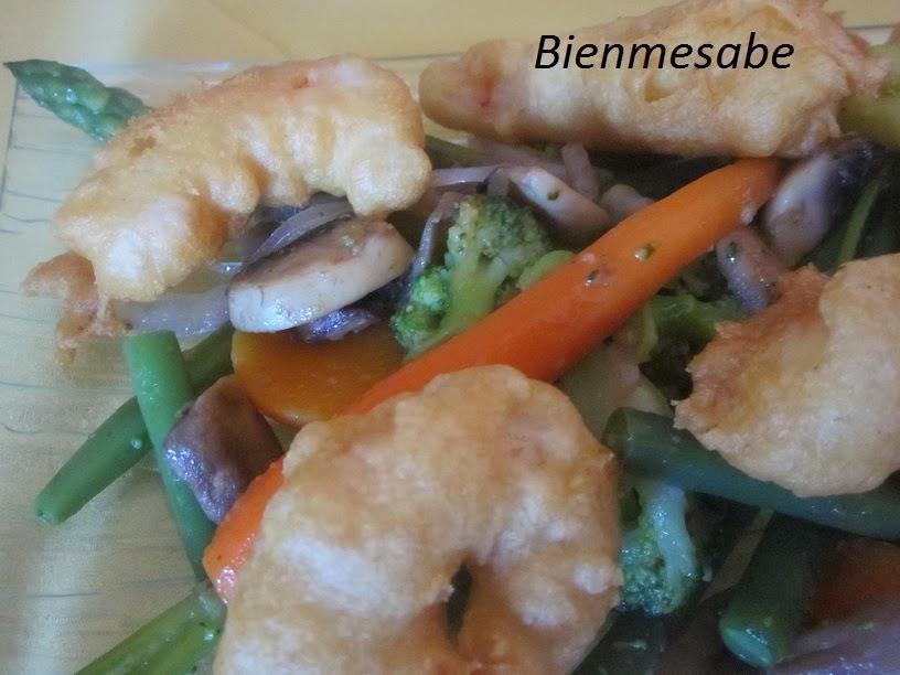 Gambas en témpura con verduras salteadas