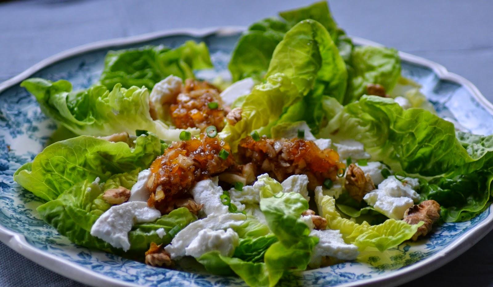 Salade met geitenkaas, noten, honing en gedroogd fruit