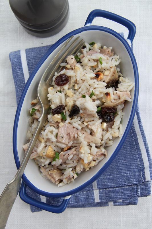 Sałatka ryżowa z kurczakiem, orzechami nerkowca i rodzynkami