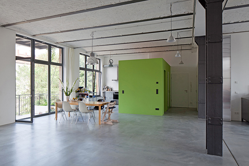 Interiores minimalistas vivir y trabajar en una antigua for Sala de estar antigua
