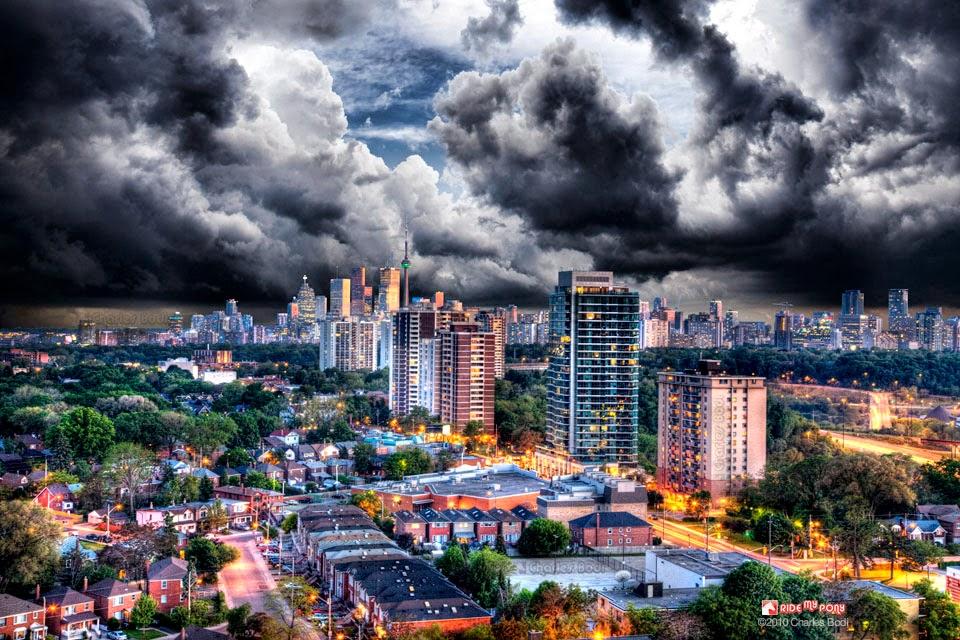 photo de charles bodi representant une ville au crépuscule