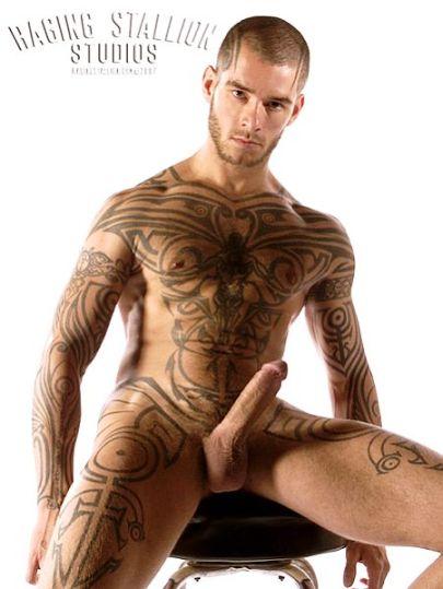 pornoakter-s-krasnoy-tatuirovkoy