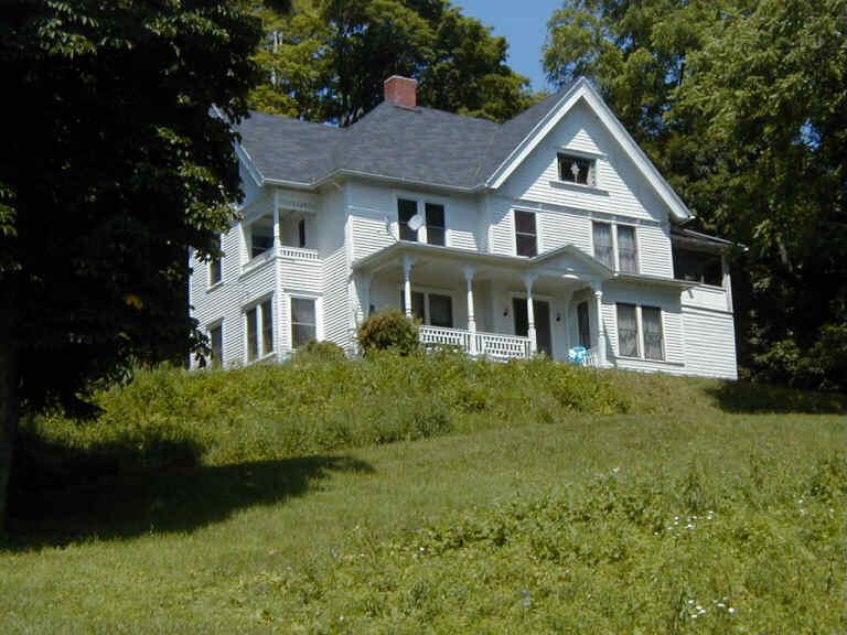 Rumah di atas bukit itu.&;kau rasa ada ke orang tinggal dalam rumah