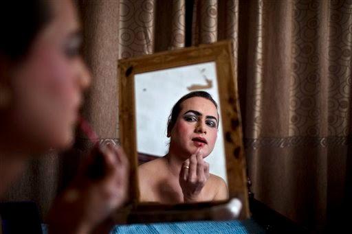 Travesti se maquiando