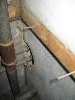 перегородка между кухней и туалетом, подводка труб на кухню - со стороны туалета