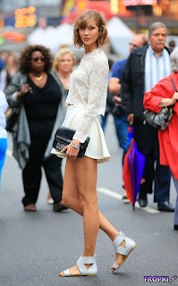 Karlie Kloss   Pictureshoot on Times Square 3.jpg