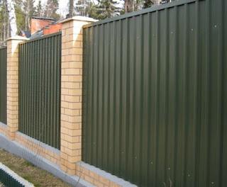 Забор из профлиста с кирпичными столбами. Фото 11