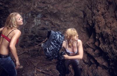 Escena de la película Desmembrados (Severance) donde las dos escorts intentan escapar de una trampa usando su ropa para hacer una cuera para trepar.