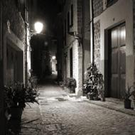 Recorriendo calles empedradas, de noche