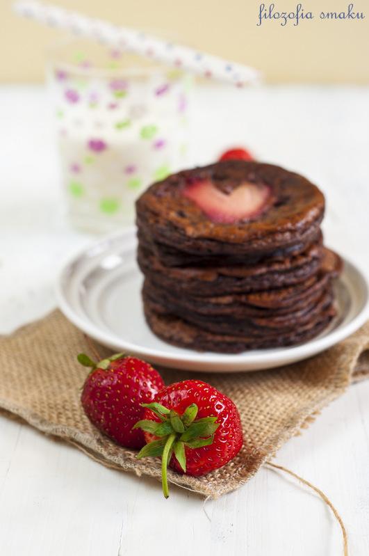 Placki czekoladowe z truskawkami