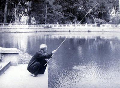 Những lúc rảnh rỗi, Hồ Chủ tịch lại thảnh thơi ngồi câu cá