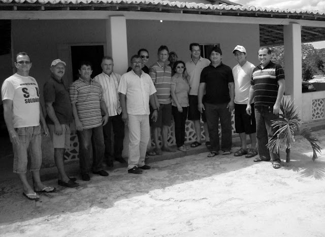 """Pelo menos cinco partidos de oposição em Cerro Corá já se definiram -   PPS/PR/PT/PTB/PSB - no apoio à chapa Ana Maria da Silva/Antonio Ronaldo Vilar. No flagrante, temos na sequência, da esquerda para a direita: o vereador Evilásio Bezerra, o ex-vereador Severino Cândido, """"Zé Novo"""", os ex-vereadores """"Tico de Paulo"""" e Raimundo Caetano, Zeca do PT, de óculos; o vereador """"Binha"""" e Ana Maria da Silva, Ronaldo Vilar; Rodrigo, neto do falecido vice-prefeito José Rodrigues, Erivonaldo Albuquerque e o ex-vereador José de Anchieta Dantas."""