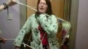 mujer atrapada por su tendedero