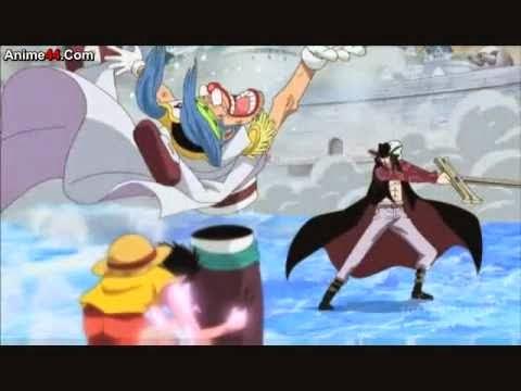 Luffy Menggunakan Buggy sebagai tameng saat melawan Mihawk