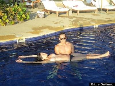 brittny gastineau topless en la piscina