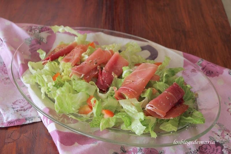 Ensalada de tomate y jamón a la vinagreta de albahaca