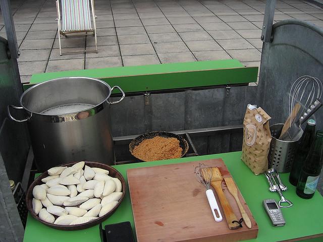 Caçamba de lixo transformada em cozinha