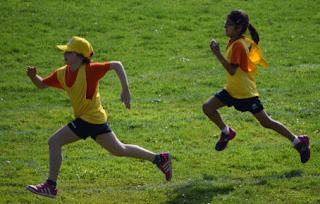 Como a osteoporose se manifesta em crianças e adolescentes