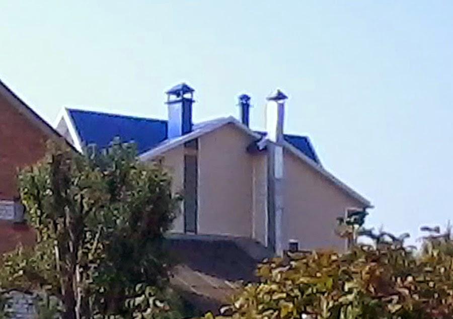 Крашенный профнастил на крыше коттеджа