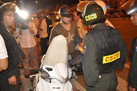 CSGT chặn trước nhà hàng xử phạt người uống rượu lái xe
